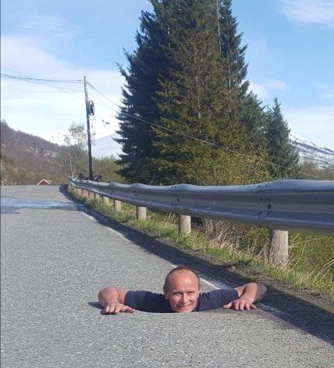 DYPT HULL: Kjetil Fjellheim forteller at hullet går fire-fem meter ned.