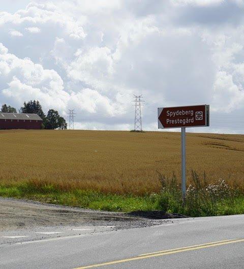 Statens vegvesen har satt opp fire skilt langs fylkesvei 122 som viser vei til Spydeberg prestegård.