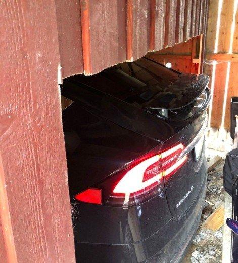 TITTEI: Tesla Model X-en titter fram gjennom den spesiallagede åpningen i bakveggen. Foto: Privat