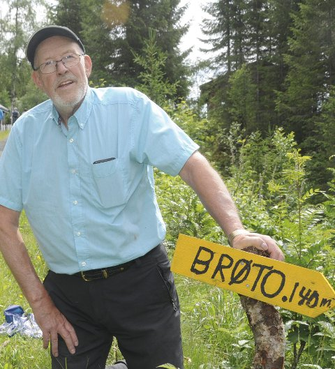 140 meter: Jon Øystein Lundstein (76) i Dokken har satt opp skilt, og tror det kan bli den reine folkevandringa til Brøto denne sommeren.