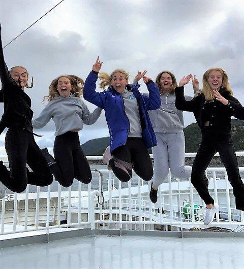 Dei fem AKS-jentene imponerte i Lerøy-leikane/kretskampen og tok ikkje mindre enn 13 medaljar. Frå venstre Alexandra Tunes Lund, Ida Ramslien, Helene Ramslien, Marte Isdal Dolmen og Andrea Nygård Vie.