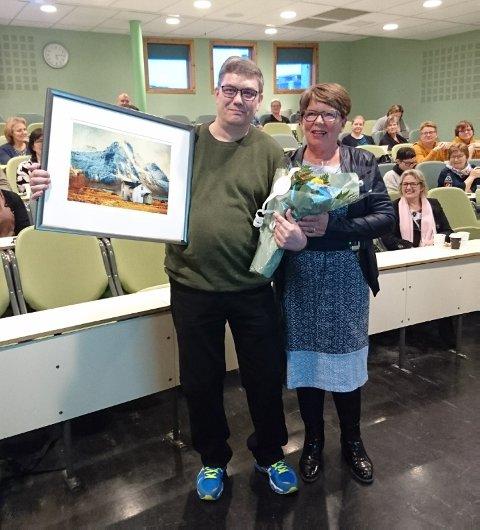 STOLT: Carl-Axel Ingebrigtsen fikk både blomster og maleri fra fylkesleder Hanne Marit Bergland som takk for arbeidet han gjør som sykepleier.