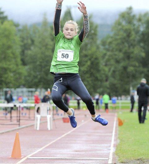 FULL STREKK: Emma Sofie Eriksen fra Sandnessjøen vant lengde i Ungdomslekene på Stjørdal for 13-14 åringer.   FOTO: ARNE BRUNES