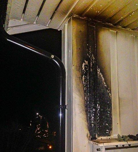 NÆRE PÅ: Flammene fra den brennende utelampa har slikket oppover kledningen, og hadde begynt å spre seg til loftet i huset på Gullhaug.