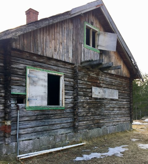REAGERER: Elfrid Vatn  var en av flere turgåere som reagerte på at vinduer og dører slamret i vinden og at den gamle KV-hytta på Heistadmoen er preget av rot og forfall.