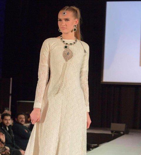 PÅ CATWALKEN: Mai-Helen Braathen (18) har allerede jobbet som modell. Her på en motevisning i Oslo.