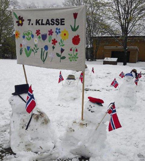 Snø: Et tog av snømenn i 7. klasse. Snømennene holder god avstand til hverandre.