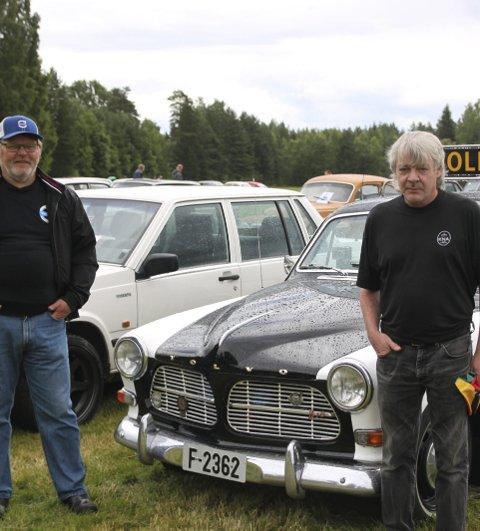 Poltibil fikk pris: (f.v) Magne Bekle og Ove Johnny Solberg sammen med politibilen. Bilder: Øystein Engh