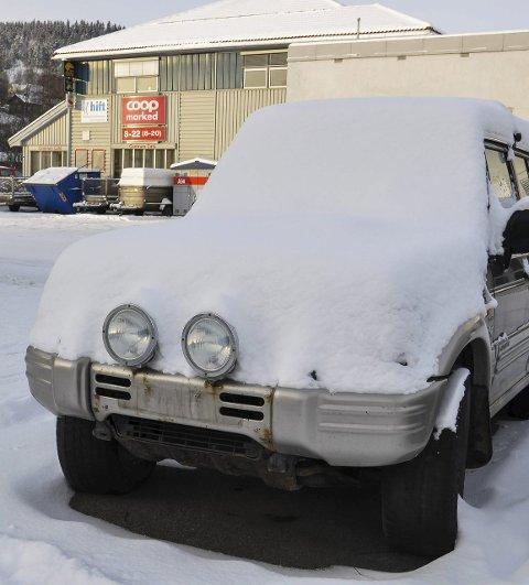 BRANDBU: Denne avskiltede bilen har til irritasjon for mange stått på Brandbu torg i flere måneder. Nå skal den fjernes, lover kommunen.