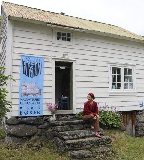 Nytt konsept: Susanne Urban utenfor Kalvatræet litteraturhus i Røldal. Arkivfoto: Eivind Dahle Sjåstad