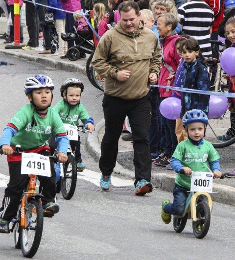 FULL FART: Ivrige unger både med og uten pedaler ga full gass i den 650 meter lange løypa. Foto: Vegard Olsen