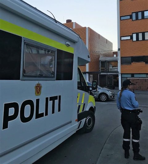MØTTE BEBOERNE: Manglerud-politiet dro mandag ettermiddag til Holmlia med sin politipost på hjul. Tanken var å snakke med folk etter skyteepisoden. Og mange hadde mye å fortelle og spørre om.