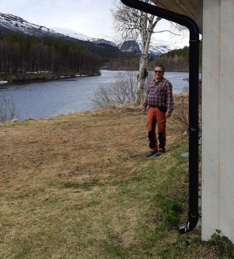 FARLIG NÆRT: Huset fra 1953 ligger idyllisk til på bredden av Reisaelva. Henry Vangen håper at årets snøsmelting ikke fører til en ny skadeflom
