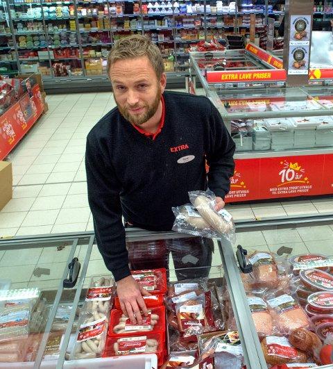 TILBUDSRIBBE: Butikksjef Rune Disserud hos Coop Extra har sin fulle hyre med å justere prisene på julevarer. Tirsdag kostet tynnribba 29,80 øre kiloen.