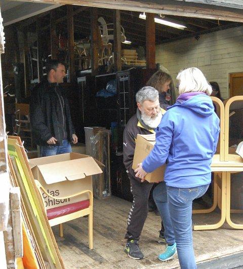 HAR RYDDET: Rune Sletner var en av dem som søndag sto og tok imot lopper til helgens loppemarked. FOTO: METTE KVITLE