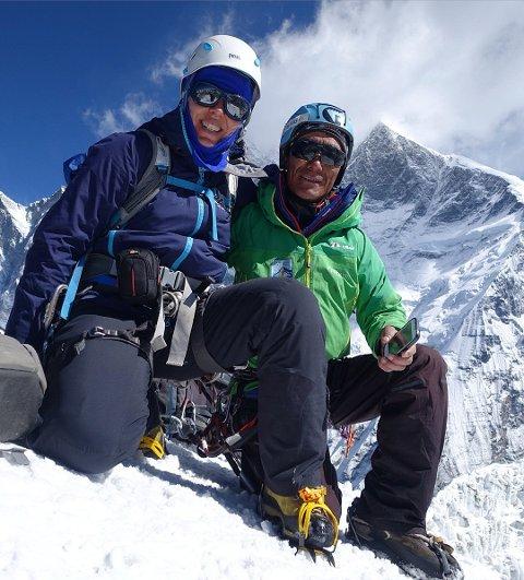 Siv Harstad med sherpaen Dawa Tenzig, som hjalp til med redningsaksjonen. Bildet ble tatt tidligere i ekspedisjonen.