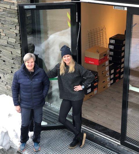TAKK FOR OSS: Inger Helene Nybråten t.v. og Hilde Nybråten er i ferd med å stenge døra for siste gang på Fagernes Kjøpesenter.