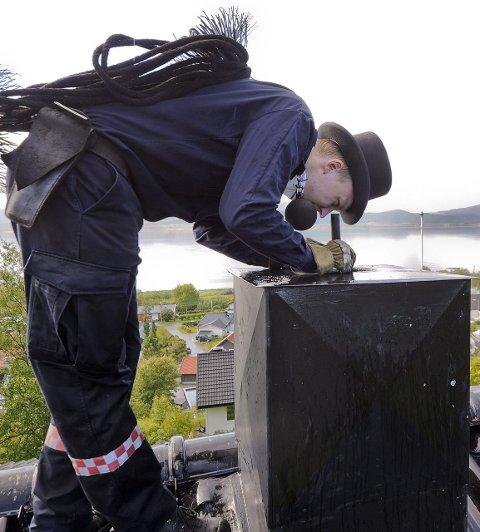 Tom Roger Olsen - feier med flosshatt i Salten / Bodø ¬ feiing - sot - brannsikkerhet - sotluke - feiervesen