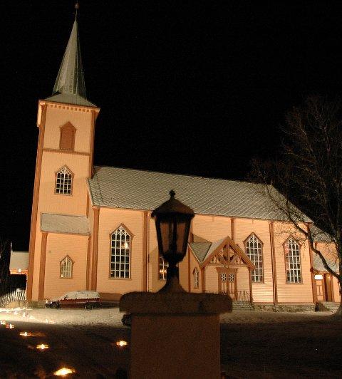 Med lett nysnø blir Røsvik kirke litt av et skue i desembermørket.  Folk gikk fornøyd derfra lørdag kveld.