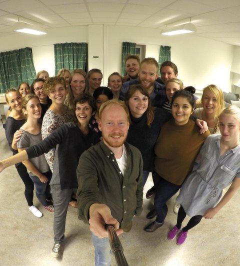 """Sangglede: Det nystartede koret A!Choir, med styreleder Jonas Bjertnes Jacobsen i front, og dirigent Darya """"Dasha"""" Katyba til venstre."""