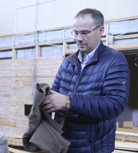 FULLT: Svein-Arne Hansen organiserer sortering og pakking.