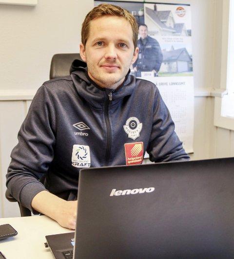 Mye fotball: Som daglig leder for MIL Fotball, turneringsleder for Kippermocupen og spiller på seniorlaget, bruker Håkon Stenersen mye tid på Kippermoen. Den største gleden får han derimot av å komme hjem til familien.