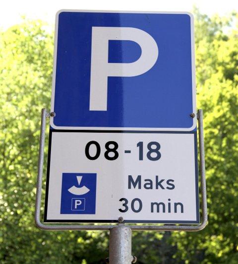 SKIVEPARKERING: På plassene merket med slikt skilt, må du bevise med parkeringsskive (eller en lapp) når du parkerte. Dette bildet er tatt i Tordenskjolds gate.