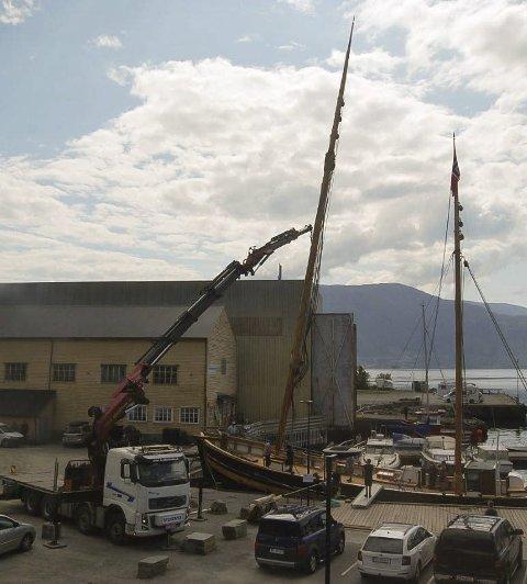 PÅ PLASS: Torsdag vart mastene heiste på plass av Jørn Hjelmeland. (Foto: privat).