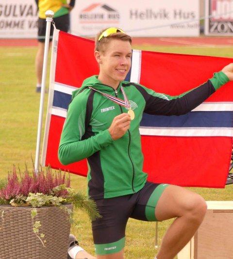 NORSK MESTER: Vebjørn Hovdejord er norsk mester på 3000 meter i U-NM på Jessheim. - Han knuste de andre deltakerne og det kan bli mer gull i ettermiddag.