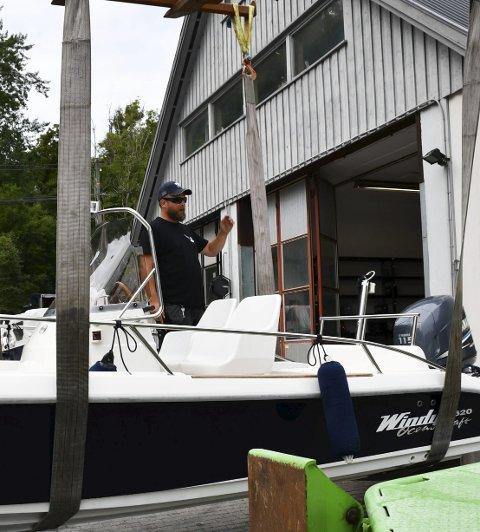Har fått brev: Ståle Jensen på Gjeving Marina tar inn båtene etter sommeren. Arkivfoto