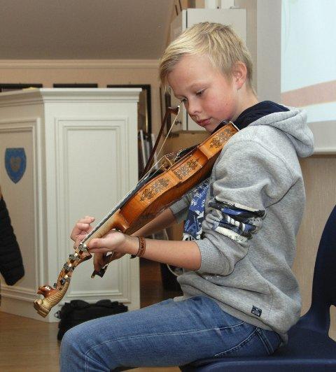 Kulturinnslag: Syver Rolandsgard Hauge (12) spelte ein springar for dei folkevalde i Vestre Slidre.