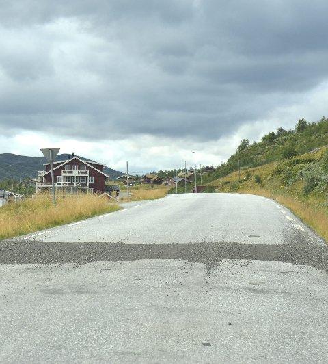 Asfalt: Det skal asfalteres på gamle E16 nå etter at stikkrennene er skiftet ut.