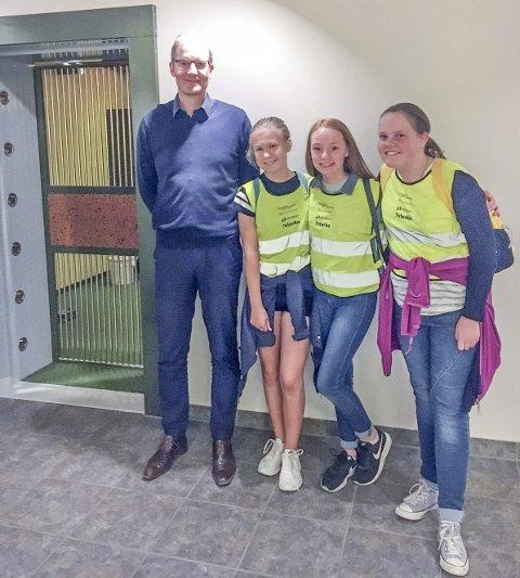 BANK:  Besøk hos Sparebank 1 Østlandet. Tiril Aaseth, Pia Tellesholmen og Nora Rismyhr sammen med banksjef Per Nygaard. FOTO: PRIVAT