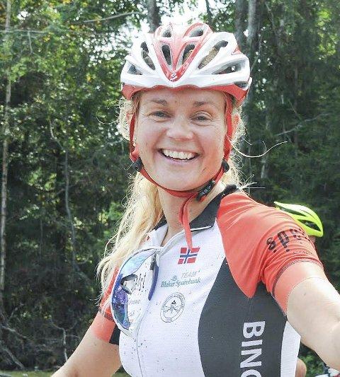 TØFF BIRKEN-HELG: Cathrine Årstad Olsen fra Bingsfoss sykkelklubb hadde all grunn til å holde tommelen opp etter å ha gjennomført både UltraBirken og det ordinære Birkebeinerrittet dagen etter. Foto: Øivind  Eriksen
