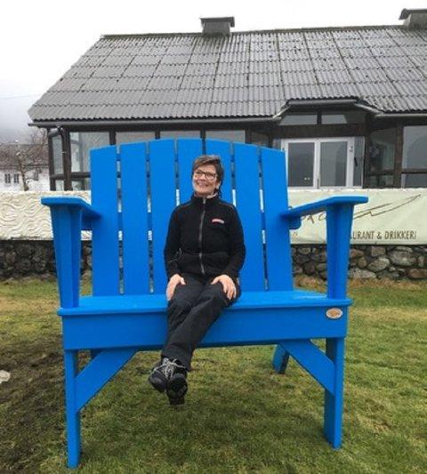 Dagleg leiar ved Spar Uskedalen, Bente Nilsen, i Den blå stolen som er plassert på framsida av Oska.