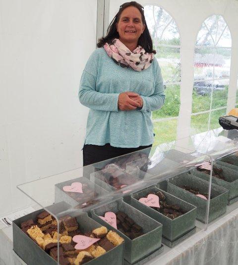 Janett Haug Larsen har eget sjokoladekjøkken hjemme på Gravdal. Der tester hun ut forskjellig oppskrifter, slik som bestselgeren sjokolade med brunost og rømme.