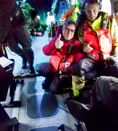 BLE EI STREVSOM NATT: Jorleif Lian og Paul Kristian Homstad fra Overhalla Røde Kors fikk oppdraget med å ta seg over Sanddøla og opp til fire jegere som trengte hjelp. En oppgave som ble både strevsom og vanskelig i bratt terreng midt på natta.
