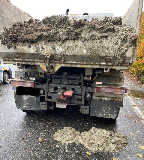Også etter at den var parkert på Kjeller falt det leire av lastebilen.