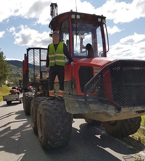 Lastbæreren tar store deler av vegbredden i Hedalen.