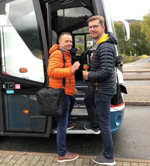 PÅ TUR: Ordfører i Nord-Aurdal Knut Arne Fjelltun t. v. og programleder for omstillingsprogrammet i Nord-Aurdal Christian Hedløv Engh, entrer bussen med kurs mot Voss.