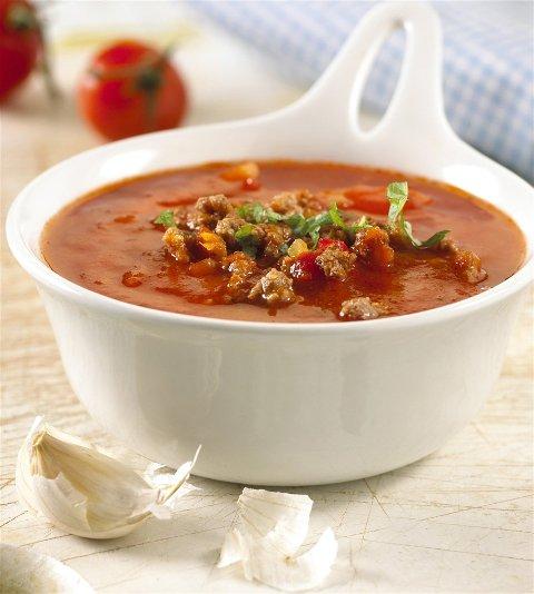 VARM MAT: Grøt, suppe og gryterett er den aktuelle varme skolematen i Sirdal. Her illustrert med en tomatsuppe med kjøttdeig.