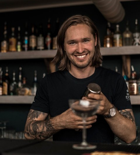 Sindre Brenfelt Løkkeberg er et kjent fjes på Nini Beach. Nå går han fra å være driftssjef til daglig leder.
