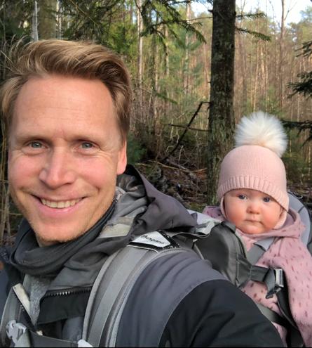 GLAD I FRISK LUFT: Jon-André Fredriksen trives ute i naturen. Her på tur med den ett år gamle datteren Indie Louise.