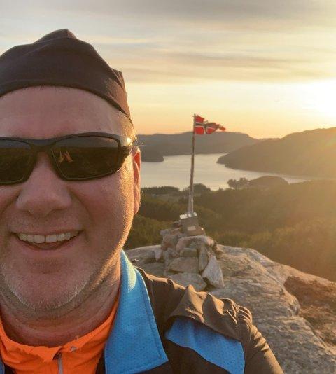 TIL TOPPS: Nikolay Coogan Vatne har fått en pangstart på Opptur 2021, etter å ha besøkt 15 forskjellige turmål de tre første dagene. Her er en fornøyd 46-åring på toppen av Sonnofjellet mandag.