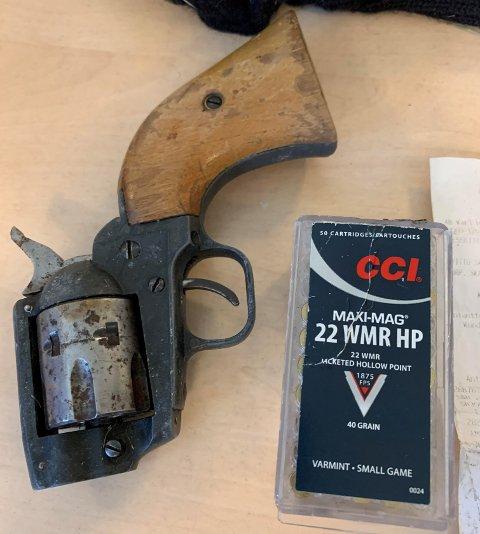 VÅPEN OG AMMUNISJON: Dette våpenet ble funnet under en veranda på Hansnes onsdag ettermiddag. Foto: Jorunn Sjåfjell Amundsen