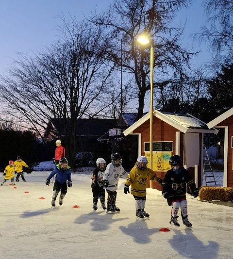 FLOMBELYSNNING: Egen bane på Foldvik med lys på kveldstid er ikke verst for hockeyspillere fra Larvik.