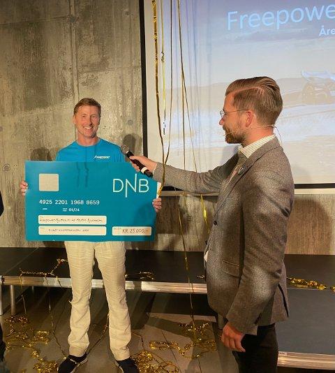 Martin Bjurmalm med Gründerprisen 2021.  Klima- og miljøminister Sveinung Rotevatn foretok overrekkelsen. Selve pengesummen var mest av symbolsk verdi.