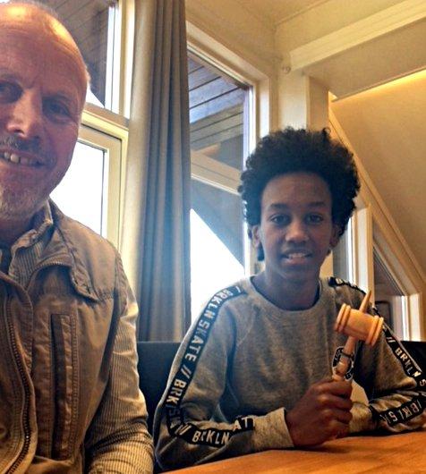 Ordfører Eivind Brenna fikk avløsning på jobben da Nasrawi Tedros gjennomførte Operasjon Dagsverk på ordførerkontoret.