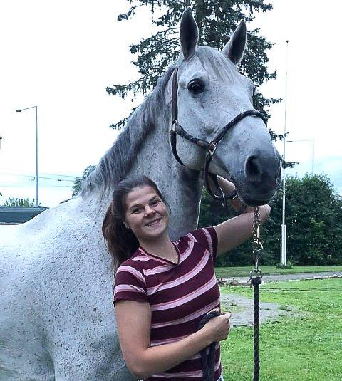 Klar for nye oppgaver: Tyra Ølstad Steenland blir daglig leder for Ridesenteret i Nes. Her sammen med bestevennen Idonus.