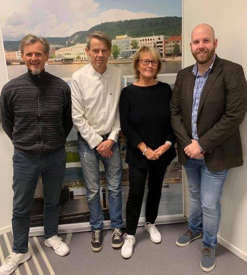 Frps nesteleder Ole Hovengen (t.v.) kunne søndag ønske Harald Wessel-Berg og Randi Eng velkommen til partiet. Til høyre nestleder Henrik Sand Martinsen.